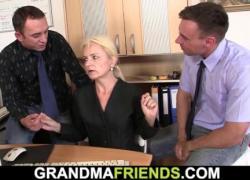 Маленькая блондинка бабушка секс втроем