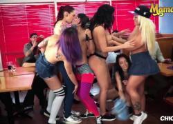 'MamacitaZ Kinky Lesbian Party в общественном ресторане'