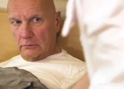 'Медсестра измеряет кровяное давление старика'