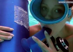 Минни Манга сосет большой фаллоимитатор под водой