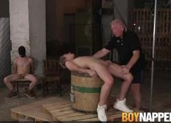 Молодой сабвуфер испытывает боль, так как он тяжело проверен maledom