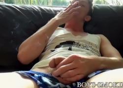 Молодые геи курят сигары и страстно мастурбируют
