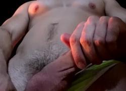 Мускулистый Мейсон Лир гладит член во время курения