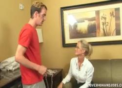 Непослушная зрелая дама любит дрочить