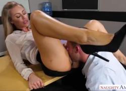Николь Энистон трахается за столом со своей средней попкой