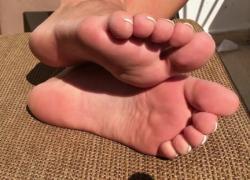 Ноги, показывающие на общественном балконе Самые сексуальные ноги Soles amp Toes Solo