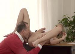 'OLD4K Гипнотизирующая мисс выполняет безумный секс со старшим партнером'