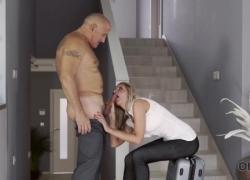 OLD4K Ослепительная телочка и ее старый любовник завершают день отличным сексом