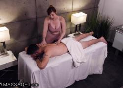 Она скрывается, чтобы дать ему мастурбировать во время его массажа