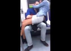 'Пара занимается откровенным сексом в метро'