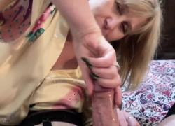 Переодевание Sissy Cums в рот зрелой мамы после небрежного минета