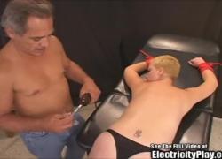 Плачущая маленькая синица блондинки шлюха БДСМ на электрическом стуле