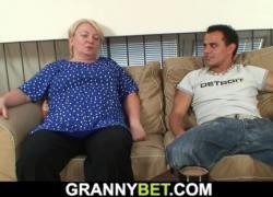 Подобрала грудастая блондинка бабушка скачет на своем члене