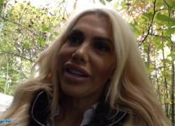 'Публичный агент блондинки Aussie Tori Cummings трахается на лестнице нового офиса'