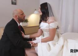'RIM4K Жених и невеста безумно веселятся в постели перед свадьбой'