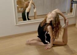 Русская малышка Ula Orbakajte раздвинула ножки и стала невероятной гимнасткой