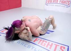 Savannah Fox борется с Jenevieve Hexxx в матче по борьбе обнаженных лесбиянок в Evolved Fights Lez