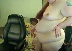 'Сексуальная рыжая толстушка стриптиз и фаллоимитатор трахаются на камеру'