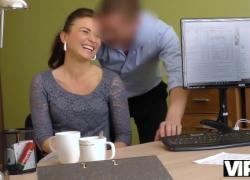 'Шаловливый кредитный агент VIP4K использует свои силы, чтобы трахнуть красивую девушку'