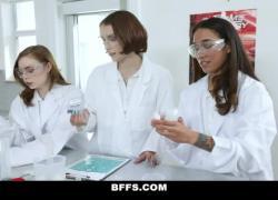 'Школьница Besties трахается с жеребцом в химической лаборатории'