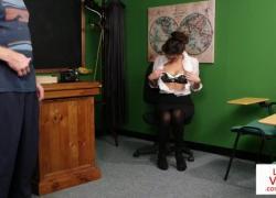 Школьный учитель инструктирует Джеркоффа в классе