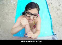 Симпатичная крошечная крошка в очках пробурила у бассейна
