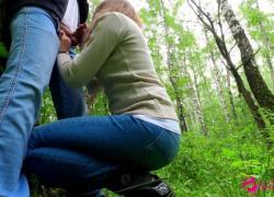 Симпатичная школьница делает публичный минет в парке, кончает в рот в любительском видео NataSweet