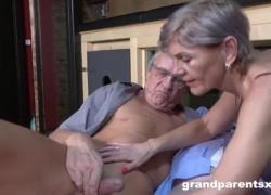 Старшие свингеры снимают одинокую девушку