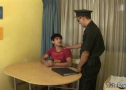'Старый гей-полицейский предлагает Фоксу специальную сделку'
