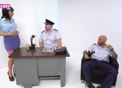 Sugarbabestv в греческом полицейском тройничке