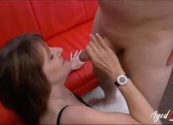 Сумасшедшая горячая зрелая дама демонстрирует свои навыки