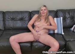 Светловолосая мамочка Velvet Skye капает сок своей киски на диван