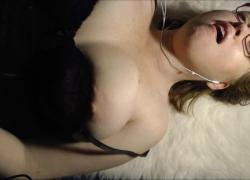 Толстушка жена громко оргазм мастурбирует секс по телефону с онлайн парнем