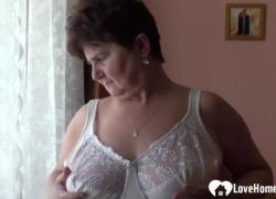 Толстушка снимает одежду для камеры