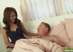 TUKTUKPATROL Asian позволяет большому члену трахнуть свою бритую киску