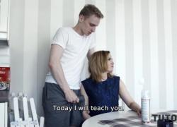 'TUTOR4K Мужчина знает, что частный учитель работает на двоих, поэтому помогает зрелой расслабиться'