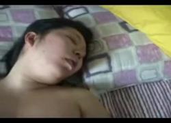 'Волосатая азиатка сверлила свою киску глубоко'