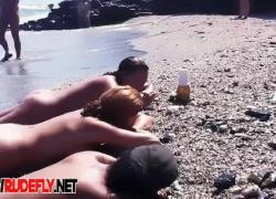 вуайерист вебкамера ловит любителей обнаженной и сексуальной обнаженной на нудистском пляже