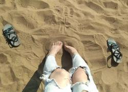 'Я играю в фетиш на общественном пляже с песком, и мои сладкие ножки должны лизать GinnaGg'