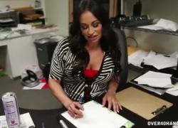 Зрелая латина мастурбирует в офисе
