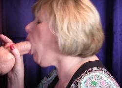 Зрелая мамаша глотает толстый дилдо, который наполняет ее рот кремовой киской